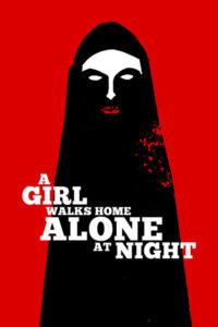 Una chica vuelve a casa sola de noche